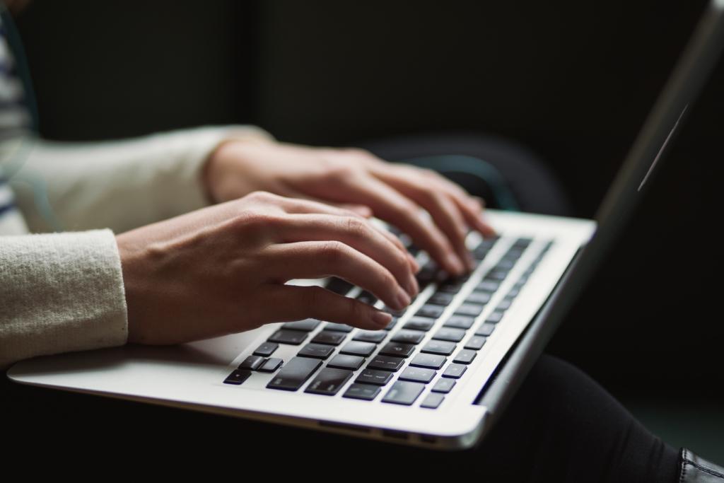 Auf Laptoptastatur schreiben