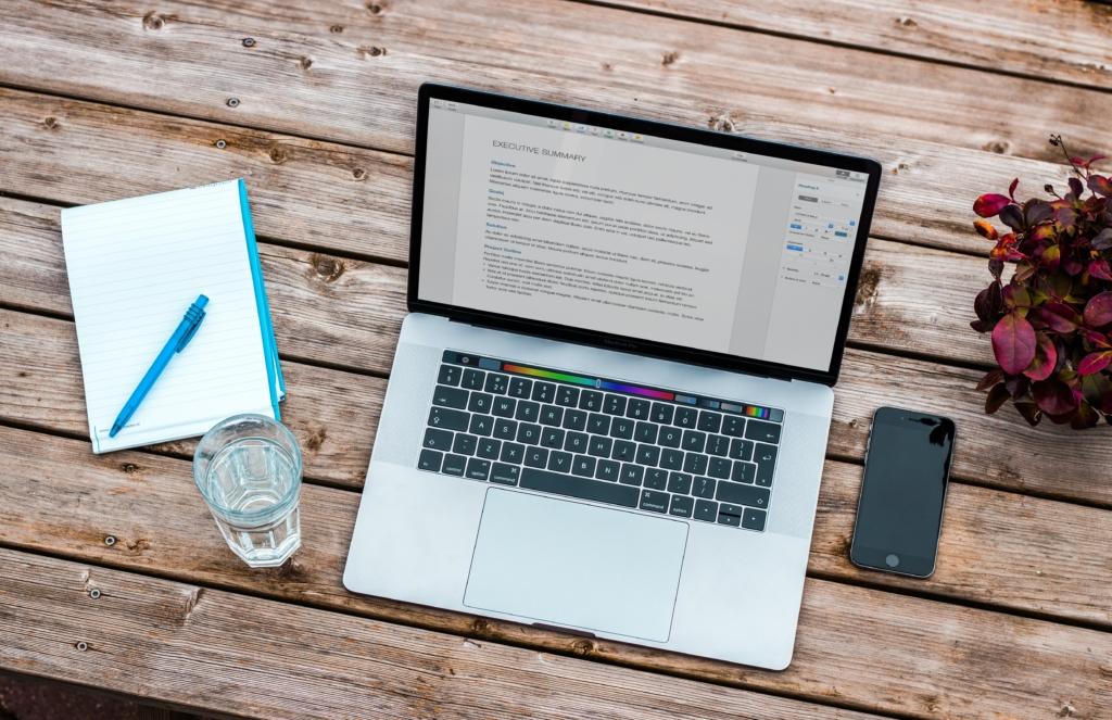 Laptop, Notizblock, Handy